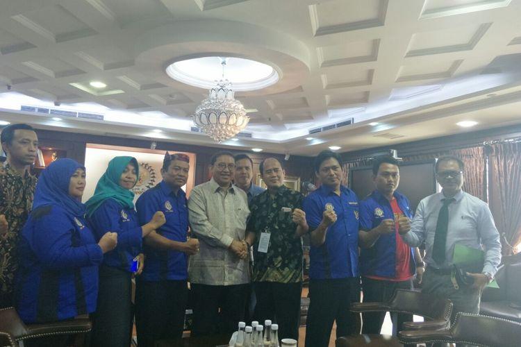Wakil Ketua DPR Fadli Zon bertemu dengan para guru honorer di Kompleks Parlemen Senayan, Jamarta, Senin (18/3/2019).