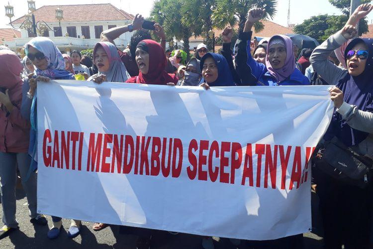 Aksi protes PPDB sistem zonasi oleh wali murid di Surabaya, Rabu (19/6/2019)