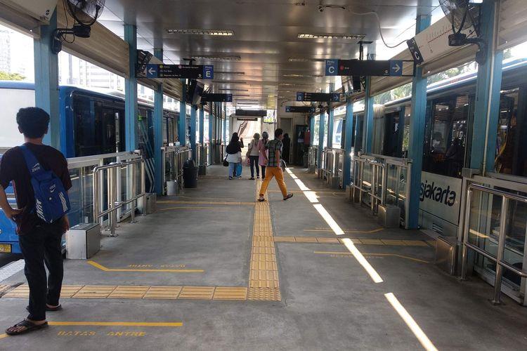 Halte transjakarta Polda Metro Jaya di Jalan Jenderal Sudirman beroperasi kembali, Minggu (14/4/2019).