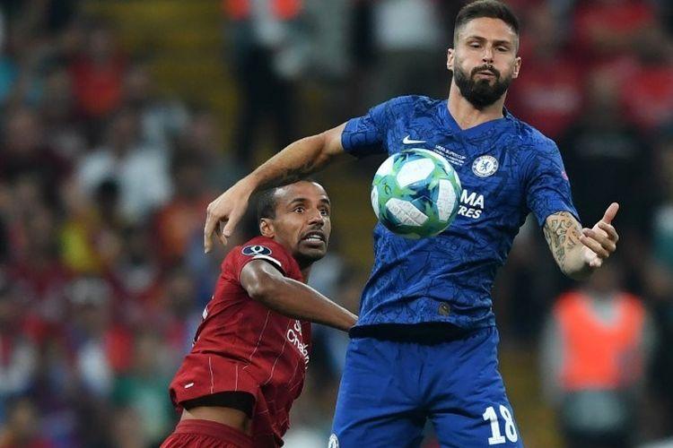 Olivier Giroud dan Joel Matip berebutan bola pada pertandingan Liverpool vs Chelsea dalam Piala Super Eropa 2019 di Vodafone Park, kandang Besiktas, Istanbul, 14 Agustus 2019.