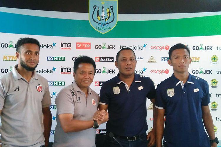 Pelatih caretaker Persela Lamongan Ragil Sudirman (dua dari kanan) dan Eki Taufik (kanan), dalam foto bersama jelang lawan Perseru Serui.