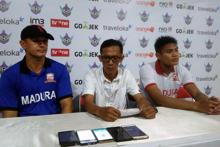 Pelatih Madura United Gomes de Oliviera (kiri) dan Fachruddin (kanan), setelah Madura United menang atas Persegres Gresik United.