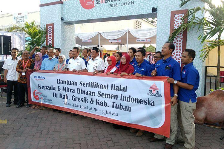 Jajaran PT Semen Indonesia menyerahkan sertifikasi halal secara simbolis kepada UKM mitra binaan.