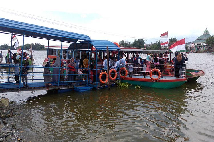 Warga antusias mencoba perahu pesiar yang baru saja diresmikan.