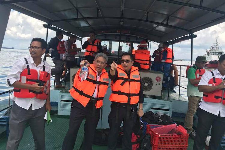 Tim Kementerian Lingkungan Hidup dan Kehutanan (KLHK) meninjau langsung kondisi tumpahan minyak di Teluk Balikpapan.