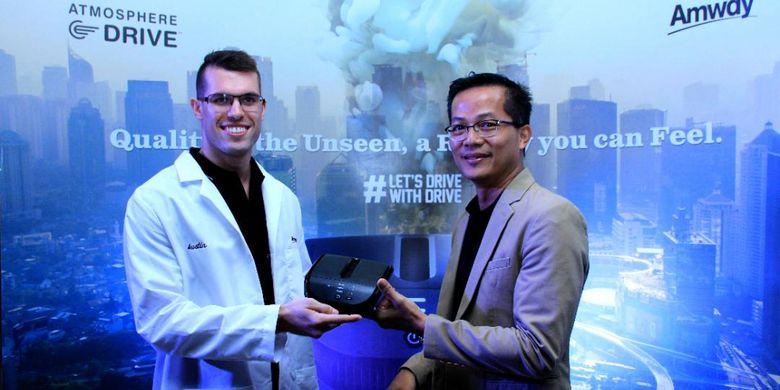 Austin Teerman, Associate Engineer Product Design Durables R&D (kanan) dan Dharmaparayana Sthirabudhi, Head of Marketing Amway Indonesia, dalam acara peluncuran Atmosphere Drive.