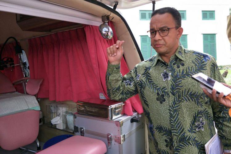Gubernur DKI Jakarta Anies Baswedan melihat mobil Hibiscus milik Puskesmas Senen, Selasa (13/2/2018).