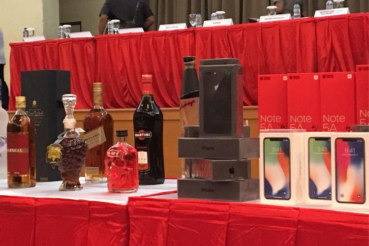 Sebagian dari 20 ribu lebih ponsel hasil penyelundupan yang dipamerkan saat konferensi pers di kantor pusat Direktorat Jenderal Bea dan Cukai, Jakarta Timur, Kamis (15/2/2018). Ponsel ini merupakan barang ilegal yang akan dimusnahkan bersama dengan barang ilegal lain, yaitu minuman keras hingga rokok.