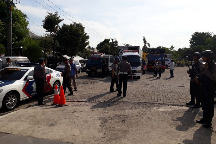 Proses pengambilan jenazah dari kontainer jenazah di RS Bhayangkara Polda Jatim.