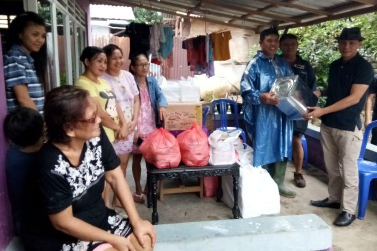 Sebanyak 7.082 paket bantuan dibagikan untuk para korban bencana banjir dan tanah longsor yang melanda kota Manado, Sabtu (2/1/2019)