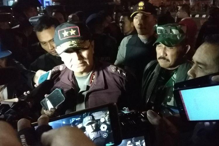 Kapolda Jateng Irjen Pol Rycko Amelza Dahniel didampingi Pangdam IV/4 Diponegoro Mayjen TNI Mochamad Effendi saat memberikan keterangan pers di lokasi ledakan di Simpang Tiga Tugu Kartasura, Sukoharjo, Jawa Tengah, Selasa (4/6/2019) dini hari.