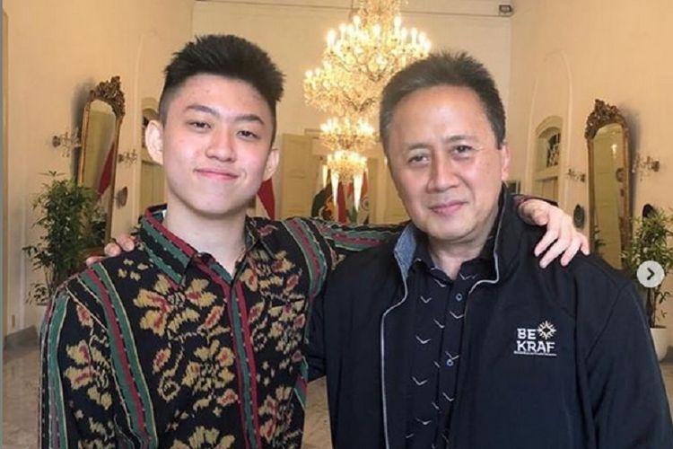 Kepala Badan Ekonomi Kreatif Triawan Munaf foto bersama penyanyi rap Indonesia Rich Brian.