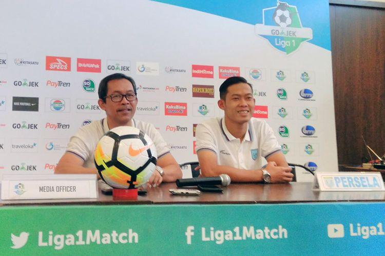 Pelatih Persela Lamongan Aji Santoso (kiri) dan Ahmad Birrul Walidain, jelang pertandingan lawan PSM Makassar.