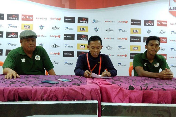 Pelatih Persiwa Wamena Suimin Diharja (kiri), selepas laga kontra Persegres Gresik United, Sabtu (15/9/2018).