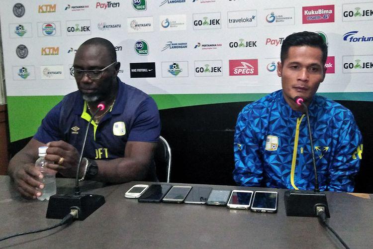 Fajar Handika (kanan) dan pelatih Barito Putera Jacksen F Tiago, selepas pertandingan kontra Persela Lamongan.
