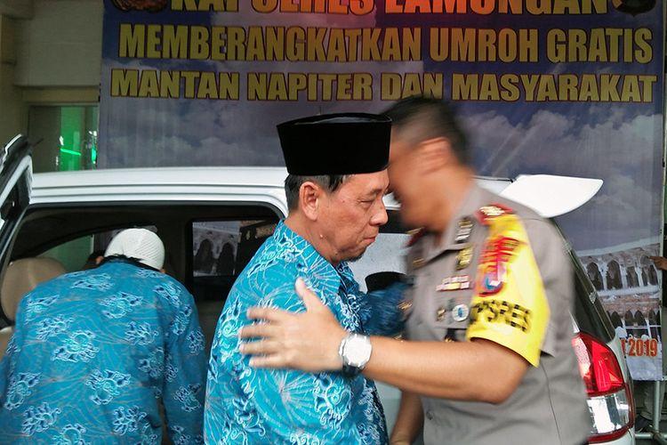 Kapolres Lamongan AKBP Feby DP Hutagalung (kanan), saat melepas secara simbolis mantan napiter untuk berangkat umroh, Selasa (22/1/2019).