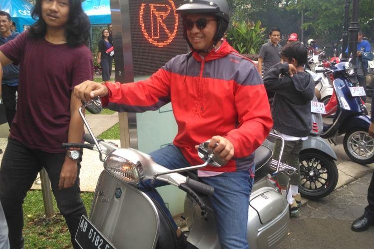 Gubernur DKI Jakarta, Anies Baswedan, saat mengendarai Vespa miliknya usai berkonvoi dan tiba di Arkadia Green Park, Jakarta Selatan, Minggu (28/4/2019).