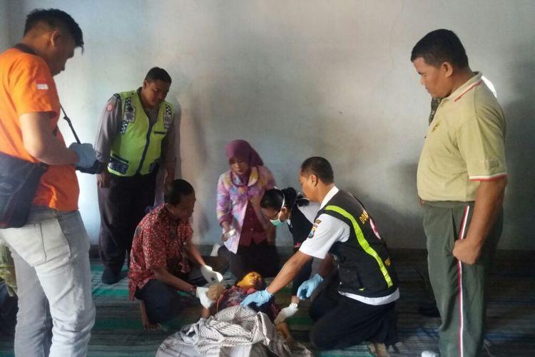 IDENTIFIKASI--Tim identifikasi Polsek Slahung Ponorogo mengidentifikasi jasad nenek Misreni (52) yang ditemukan tewas di bekas kandang kambing di Desa Slahung, Kecamatan Slahung, Kabupaten Ponorogo, Jawa Timur, Jumat ( 20/10/2017) pagi.