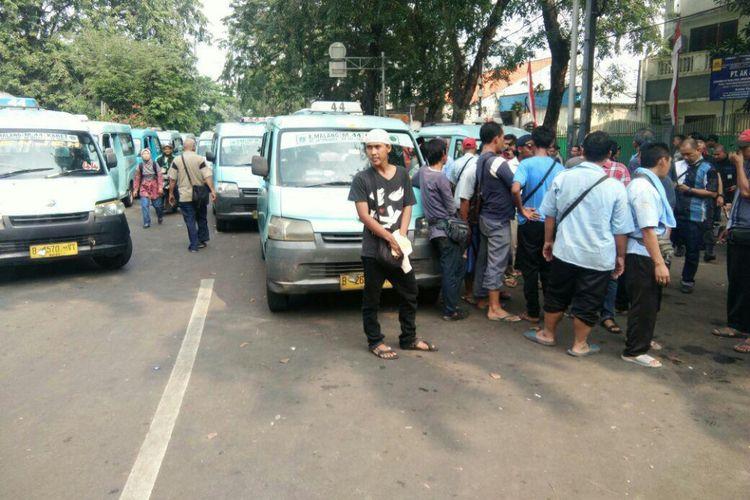 Aksi blokade Transjakarta di depan Stasiun tebet oleh sopir Mikrolet 44, Sabtu (12/8/2017).