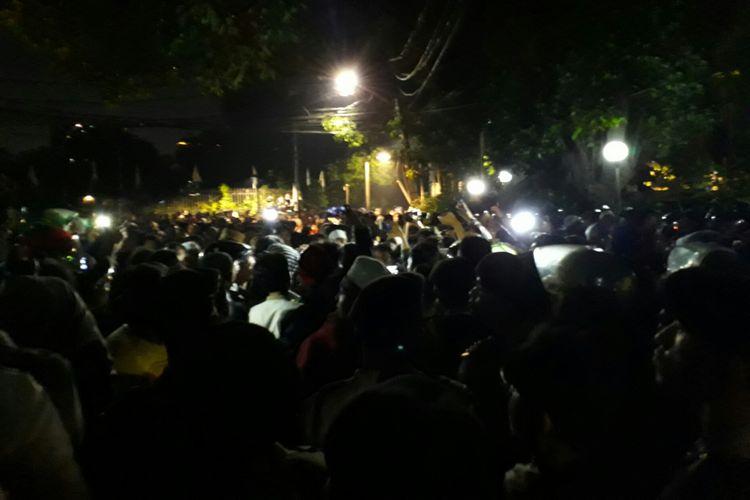 Bentrokan antara aparat dan massa yang berunjuk rasa di YLBHI di Menteng, Jakarta Pusat, pecah Senin (18/9/2017)