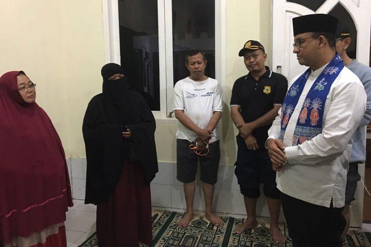 Anies Baswedan bertemu keluarga Ridwan, warga yang tewas ketika banjir di Cipete Utara, Jakarta Selatan, Kamis (19/10/2017).