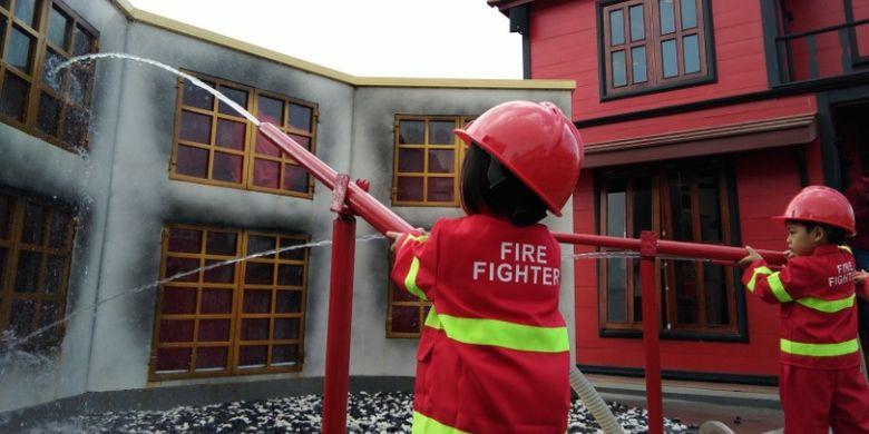 Anak-anak pengunjung wisata Kota Mini, Lembang, Bandung Barat, saat tengah mencoba profesi pemadam kebakaran, Jumat (25/8/2017).
