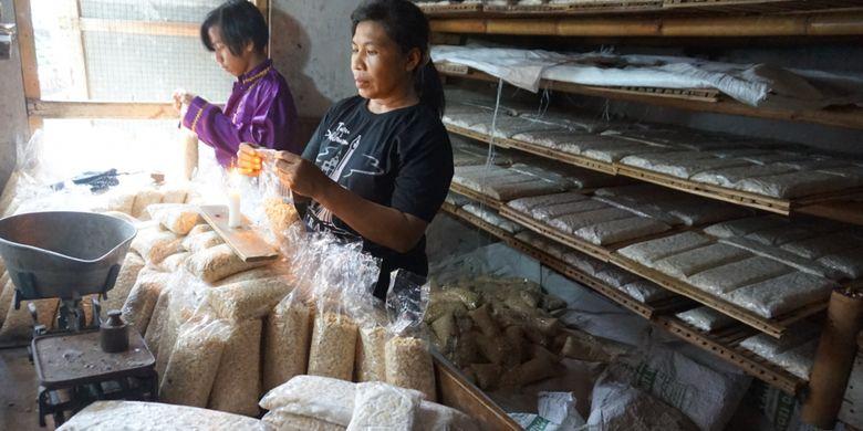 Industri tahu tempe tumbuh subur di Kampung Kerantigan, Kelurahan Penggantian, Banyuwangi, Jawa Timur. Saat ini ada 28 usaha tempe dan 2 usaha tahu di kampung yang berada di pinggir Sungai Kalilo tersebut.