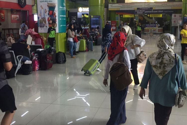 Keramaian penumpang di Stasiun Gambir, Jakarta Pusat  Jumat (8/6/2018).