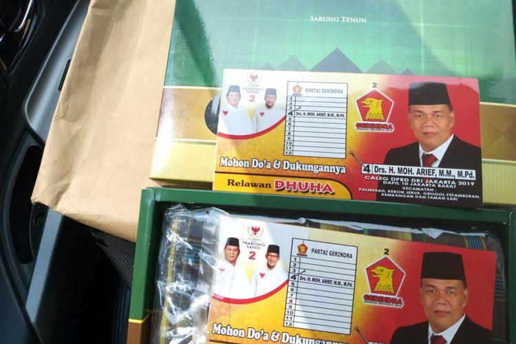 Barang bukti atribut kampanye caleg DPRD DKI Jakarta Mohammad Arief yang diterima guru-guru dalam acara Musyawarah Guru Mata Pelajaran (MGMP) di SMP 127 Kebon Jeruk, Jakarta Barat pada Rabu (3/10/2018).
