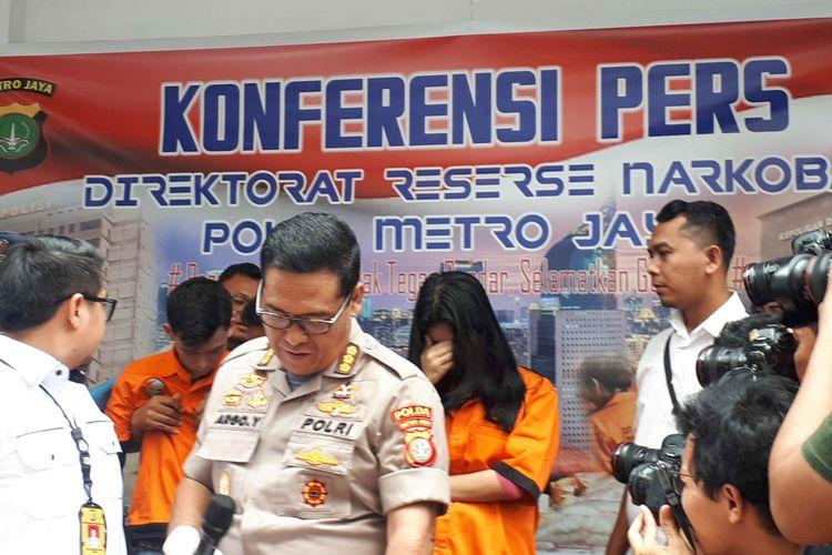 Selebgram Reva Alexa dan seorang model majalah bernama Iwan Kurniawan di Polda Metro Jaya, Kamis (7/2/2019).