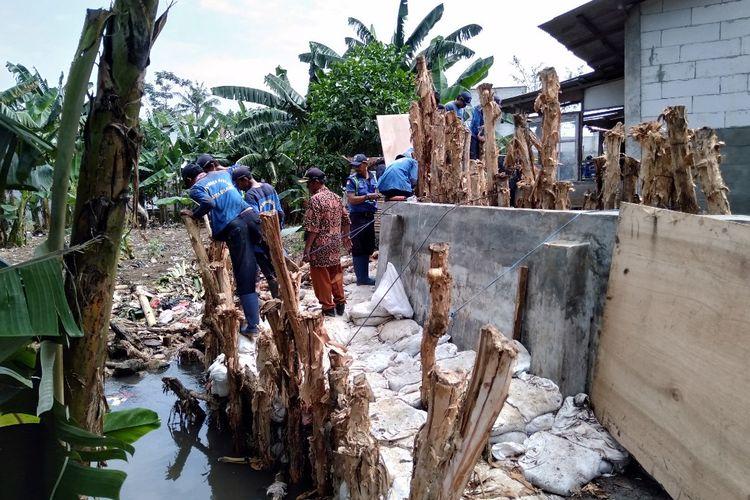 Para Petugas Suku Dinas Tata Air sedang memperbaiki tanggul Jatipadang, Kamis (4/4/2019).