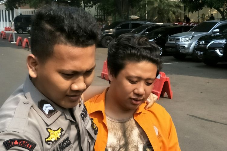 Pablo Benua digiring petugas kepolisian di Polda Metro Jaya, Semanggi, Jakarta Selatan, Kamis (25/7/2019).(KOMPAS.com/ANDIKA ADITIA)