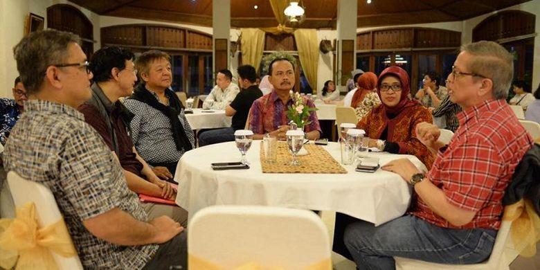Duta Besar Republik Indonesia untuk Singapura Ngurah Swajaya bersantap dengan pelaku bisnis Indonesia dan Singapura sesampainya di Bandung setelah mengikuti penerbangan perdana Garuda Indonesia rute Singapura-Bandung, Minggu (2/12/2018).