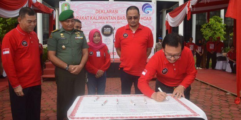 Wakil Gubernur Kalimantan Barat, Christiandy Sanjaya saat menandatangani Deklarasi Masyarakat Anti Hoax usai apel di halaman Kantor Gubernur Kalbar, Pontianak (20/3/2017)