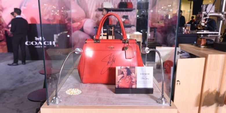 Tas Coach bertanda tangan Selena Gomez dipamerkan di pop up store Coach di mal Grand Indonesia Jakarta.
