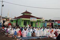 Warga Kampung Akuarium Menunaikan Shalat Id di Mushala Alma'mur
