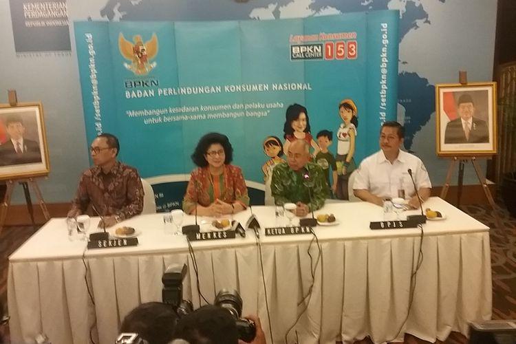 (Kiri ke kanan) Sekjen Kemendag Karyanto Suprih, Menteri Kesehatan Nila F Moeloek, Ketua Badan Perlindungan Konsumen Nasional (BPKN) Ardiansyah Parman, dan Direktur Kepatuhan dan Hubungan Antar Lembaga BPJS Bayu Wahyudi usai klarifikasi aturan UU Kesehatan dan UU Rumah Sakit, di kantor BPKN, Jakarta, Senin (25/9/2017).