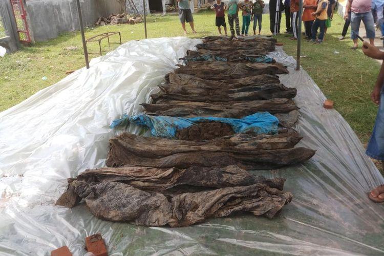 Sebanyak 30 kerangka jenazah ditemukan warga Dusun Lamseunong, Gampong Kajhu, Aceh Besar, saat menggali lubang septik tank di lahan pembangunan perumahan bersubsidi, pada Rabu (19/12/2018). Kerangka jenazah ini diyakini sebagai korban bencana gempa dan tsunami yang melanda aceh tahun 2004 lalu.