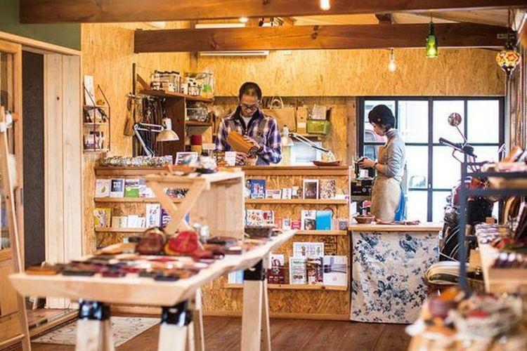 Pasangan ini adalah pengrajin kulit yang menjalankan toko ini dan yang membuat barang-barang kulit berkualitas untuk toko ini.