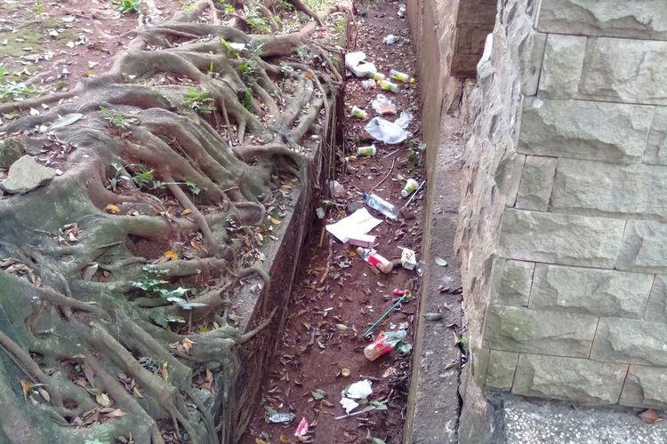 Sampah Berserakan di Taman Margasatwa Ragunan, Kamis (6/6/2019)