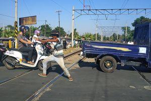Ini Kiat Kopral Jaga Perlintasan Kereta di Bekasi Selain Pakai Jurus Silat
