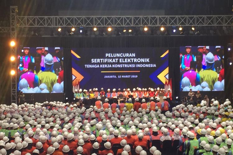 Presiden Joko Widodo menyerahkan secara simbolis sertifikat keahlian kepada tenaga kerja konstruksi terampil dan ahli di Istora Senayan, Selasa (12/3/2019).
