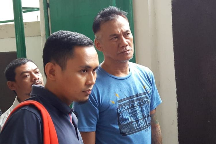 Tio Pakusadewo (kanan) hadir di Pengadilan Negeri Jakarta Selatan, Senin (5/7/2018), untuk menjalani sidang kasus dugaan penyalahgunaan narkoba yang menjeratnya.