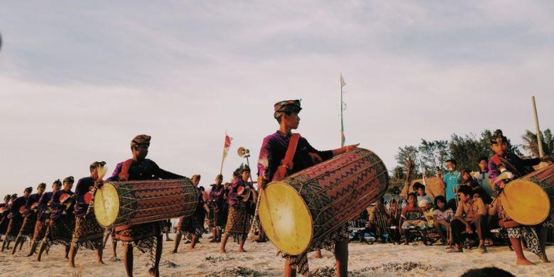 Kesenian Gendang Beleq dari Lombok.