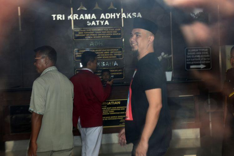 Musisi Ahmad Dhani (tengah) bersiap seusai menjalani pemeriksaan pada pelimpahan tahap dua (P21) kasus ujaran kebencian yang menjeratnya di gedung Kejaksaan Negeri Jakarta Selatan, Jakarta, Senin (12/3/2018). Kuasa hukum Ahmad Dhani menyatakan kliennya tidak ditahan karena dinilai kooperatif selama pemeriksaan dan menyatakan siap mengikuti agenda persidangan.
