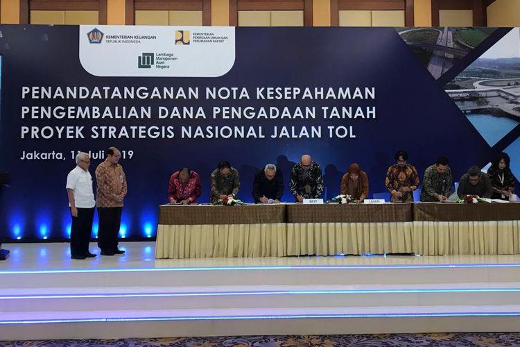 Penandatanganan nota kesepahaman antara Lembaga Manajemen Aset Negara (LMAN) dengan Badan Usaha Jalan Tol (BUJT) di Jakarta, Kamis (11/7/2019).