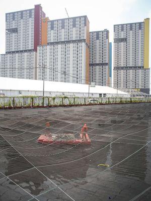 Pekerja membersihkan sampah di Kali Sentiong atau Kali Item, Jakarta Utara, Jumat (20/7/2018). Pemasangan jaring-jaring berbahan nilon untuk mengatasi buruknya rupa Kali Item sebelum menerima para atlet Asian Games 2018 dari mancanegara yang akan menginap di Wisma Atlet.
