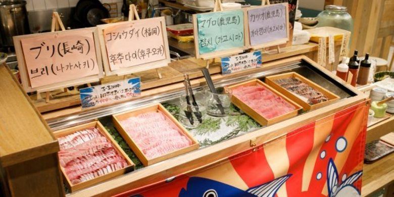 Selain nama shoyu (kecap asin khas Jepang) yang ada di atas meja, saus seperti gomadare (terbuat dari wijen), saus gochujang (pasta cabai khas Korea), chogochujang (semacam cuka) ditempatkan di pojok buffet