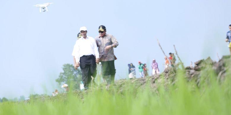 Menteri Pertanian Andi Amran Sulaiman bersama Gubernur Sumatera Selatan Herman Deru meninjau lahan sawah pasang surut di Desa Telang Rejo, Kecamatan Muara Telang, Kabupaten Banyuasin, Sumatera Selatan, Kamis (6/12/2018).