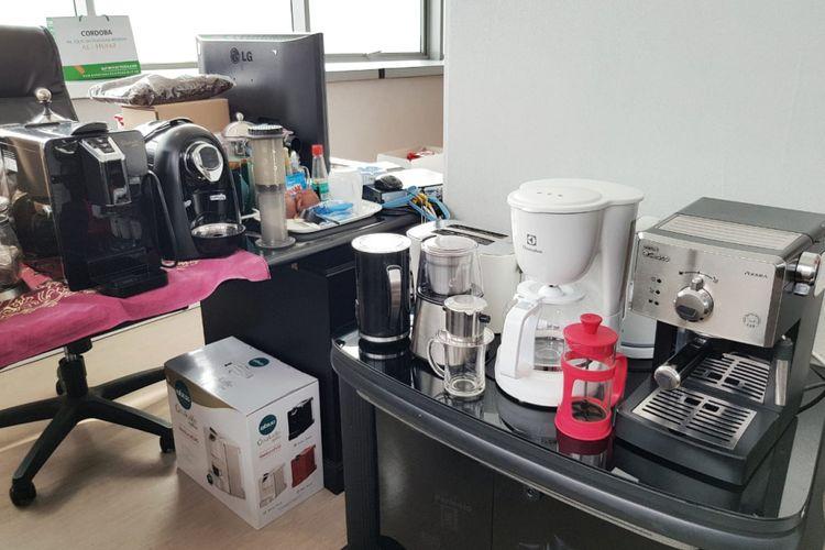 Peralatan membuat kopi yang di ruang kerja Kepala Biro Pendidikan Mental dan Spiritual DKI Jakarta Hendra Hidayat.